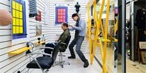 伦敦这间理发店够另类 居然让客人全程盯着艺术品